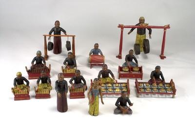 Model van een gamelan-orkest bestaande uit 2 bonangs met speler, 2 sarons met speler, 1 gambang met speler, 1 stel gongs met speler, 1 bedoek, 1 soelnig, 1 rebab, 1 ketook, 2 dansers, 1 danseres.