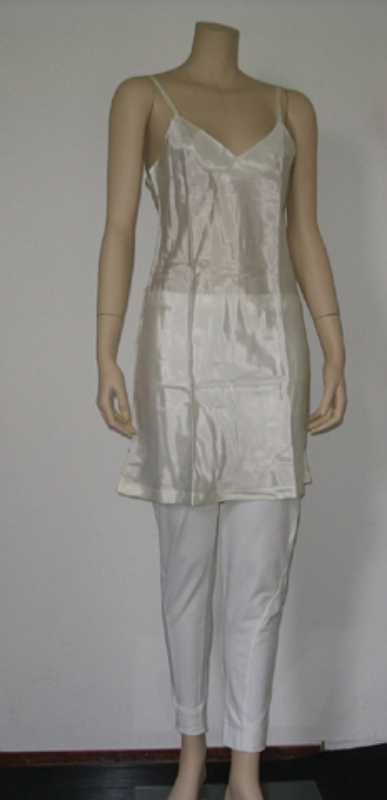 Damesensemble bestaande uit jurk, onderjurk en broek