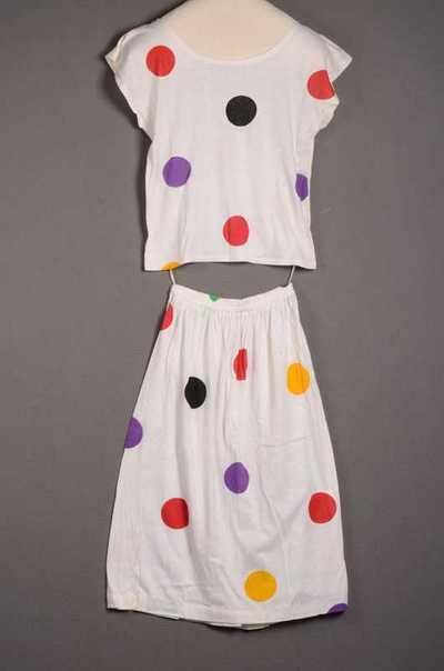Damesensemble bestaande uit t-shirt en rok