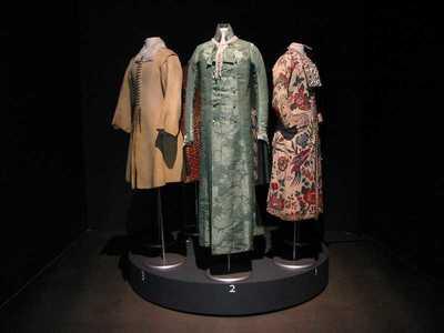 Jassen Sieraden. Jassen uit de collectie van het Centraal Museum gecombineerd met hedendaagse sieraden van Dinie Besems