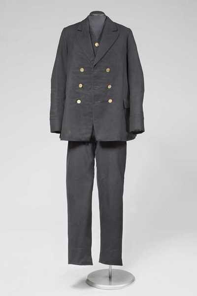 Ensemble voor weesjongen bestaande uit jas, broek, vest en pet