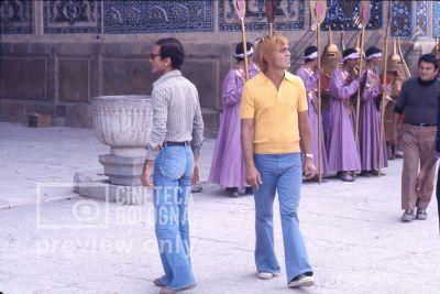 Pier Paolo Pasolini. Il fiore delle mille e una notte. 1974 / Iran - Esfahan, palazzo colonne, Pasolini in pausa