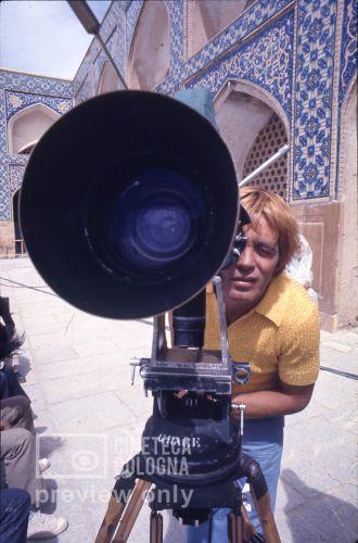 Pier Paolo Pasolini. Il fiore delle mille e una notte. 1974 / Iran: Esfahan, moschea del venerdì, Franco Citti alla macchina da presa