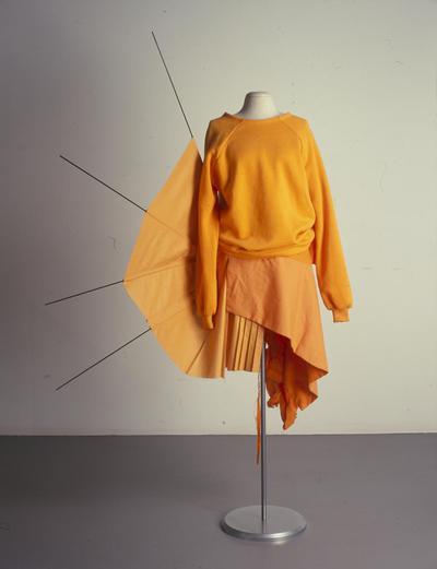Damesensemble ('rotzooi'rok en sweater) uit de collectie Saffron Orange bestaande uit rok, trui en masker