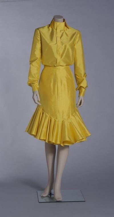 Damesensemble bestaande uit blouse met rok uit de collectie