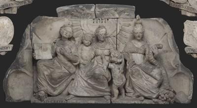 Reliëf hoofdingang westzijde Burgerweeshuis, allegorische figuren: Geloof, Liefde en Vrijgevigheid