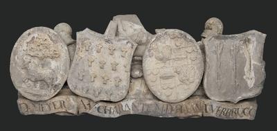 Vier wapenschilden met lint, boven bij reliëf hoofdingang westzijde Gereformeerd Burgerweeshuis