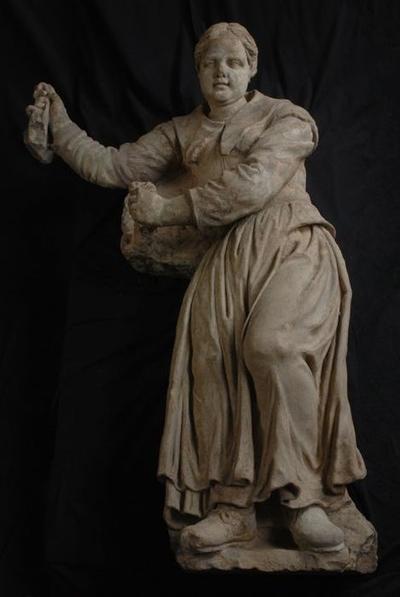 Beeldhouwwerk meisjesslaapzalen Burgerweeshuis, rechter weesmeisje (pendant 10094 A)