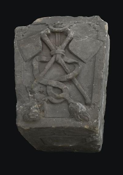 Steen van poort vleeshal, voorkant twee gekruiste bijlen, onderkant versierd
