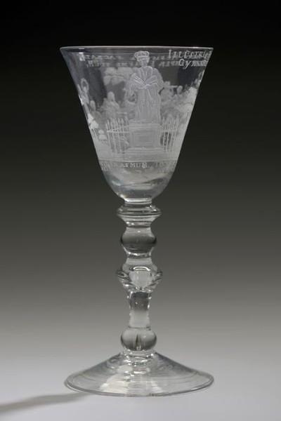 Kelkglas gegraveerd met Apollo en de negen muzen en daar tegenover het standbeeld van Erasmus