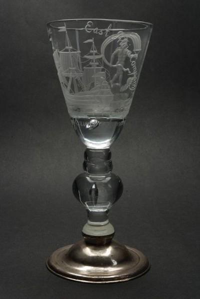 Kelkglas gegraveerd met driemaster, Fortuna, Prosperitij to the / East India Companij en Duke of Cumberland