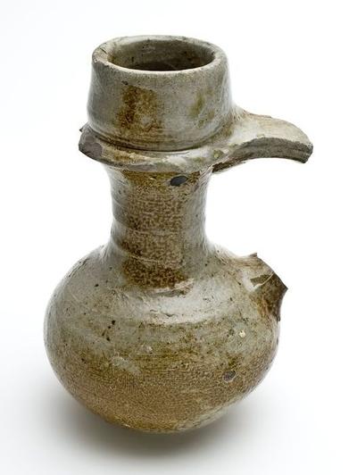Kleine steengoed kan, oliekan, lage buik en lange hals