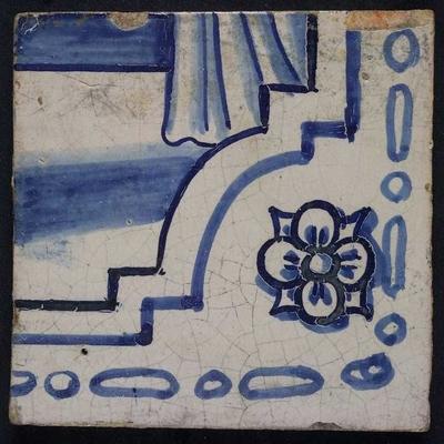 Tegel van tegeltableau blauw, wit fond, onderdelen van twee aaneensluitende bijbelse taferelen, rechterhoek van trap en soldaat met kind