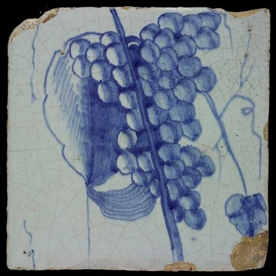 Blauwe tegel van schoorsteenpilaster met 13 tegels: dunne stam, klein blad, druiventros, mandje van spinrag