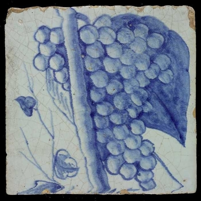 Blauwe tegel van schoorsteenpilaster met 13 tegels: dikke stam, druiventros, kleine bladeren plus groot blad op de achtergrond