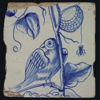 Blauwe tegel met naar links omkijkende vogel op druivenblad, spin hangend aan mandje, druiven, van schoorsteenpilaster met 13 tegels, boom van druiventrossen met vogels, graan, bladeren, voet onbekend