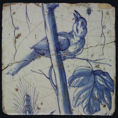 Blauwe tegel met naar links omhoog kijkende vogel op druivenblad, spin hangend aan spinrag, korenaar, van pilaster met 13 tegels, boom van druiventrossen met vogels, graan, bladeren, voet onbekend