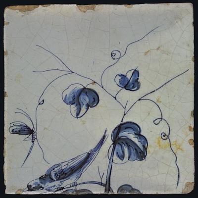 Blauwe tegel met vogel zittend op een druivenblad dat naar beneden neigt, libelle aan rank, van schoorsteenpilaster met 13 tegels, boom van druiventrossen met vogels, graan, bladeren, voet onbekend