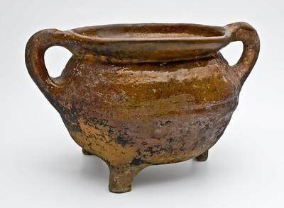 Aardewerk grape op drie poten met twee staande worstoren, ovaal model of misbaksel