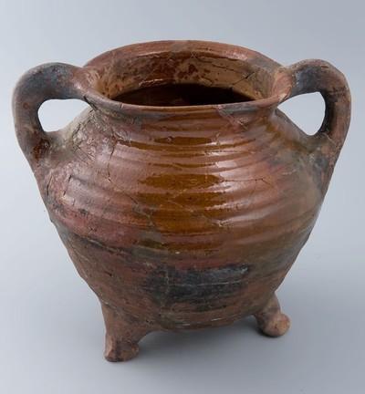 Grape van rood aardewerk met twee staande oren, op drie poten
