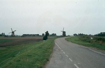 Noord-Holland: De Schermer: Schermerhorn. Links polder; midden ringdijk/weg; rechts Schermerringvaart.