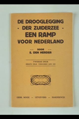 De drooglegging der Zuiderzee : een ramp voor Nederland / door E. den Herder. - tweede druk. - Harderwijk : Mooij, [1930]. - 48 p. ; 25 cm