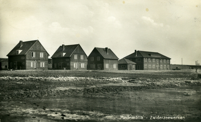 Wieringermeer, ca 1930 Prentbriefkaart van het laboratorium en 3 tijdelijke woningen te Wieringermeer. Het labaratorium en de woningen stonden in de buurt van gemaal Lely. In de linker woning woonde ing. dhr. Harmsen (werkzaam) voor de Dienst de Zuiderzeewerken), samen met zijn vrouw en kinderen. De oudste zoon is de eerstgeborene in de Wieringermeer.