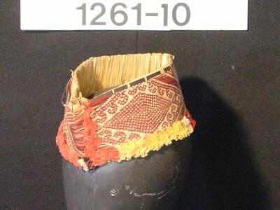 Hoofdband van gevlochten pandanblad met versiering van katoen