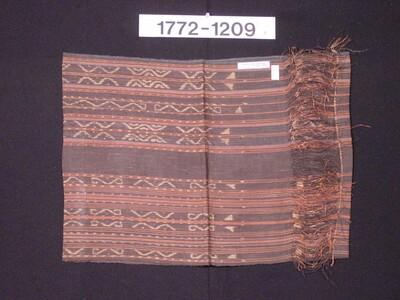 Niet afgewerkt vezelweefsel met ornament in scheringikat
