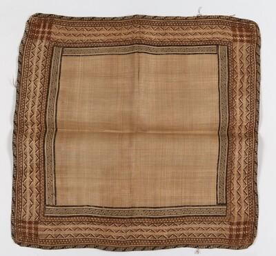 Gevlochten mat van bladrepen, gebruikt als vrouwenheupbedekking