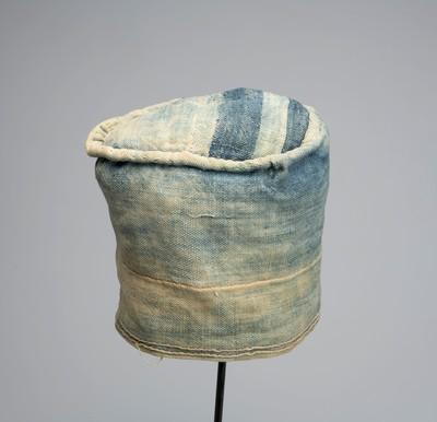 Muts van blauw katoen met wit borduurwerk