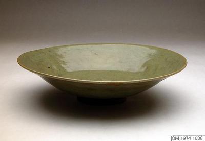 Tallrik, Fat, Husgeråd, Keramikskål med celadonglasyr. Blom och lövdekor., Bowl, Household utensil