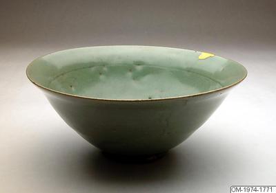 Skål, Husgeråd, Skål av stengods med celadonglasyr och inristad dekor med lotusblommor , Bowl, Household utensil