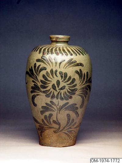 Vas, Husgeråd, Celadon gods. Plommonkrus (maebyeong) med krysantemum och lövmönster i underglasyrbrunt., Bottle, Household utensil
