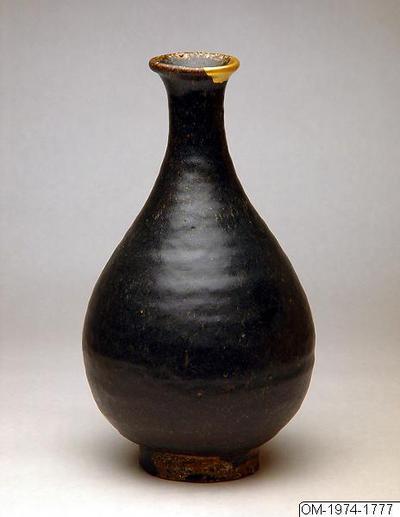 Vas, Husgeråd, Flaska i stengods med svartbrun glasyr, Bottle, Household utensil
