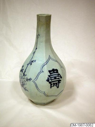 Flaska, Husgeråd, Fasetterad porslinsflaska med dekor i underglasyrsblått med tecken för långt liv (壽) , Bottle, Household utensil