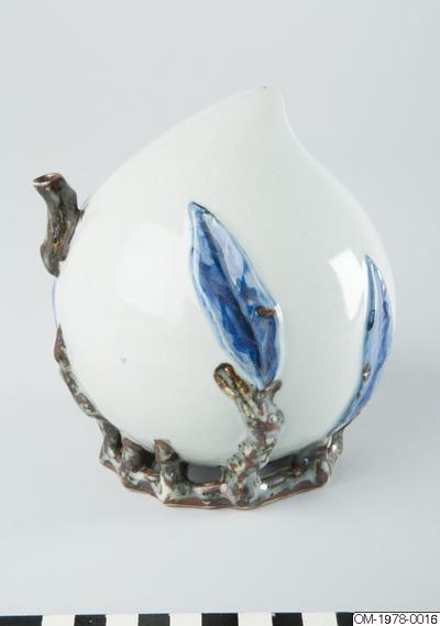 Vattendroppare, Skriv/Måleriverktyg, Persikoformad vattendroppare i porslin med dekor i underglasyrblått och järnbrunt, Water dropper