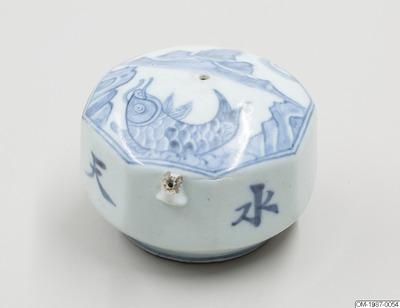 Vattendroppare, Skriv/Måleriverktyg, Åttkantig vattendroppare i porslin dekorerad med karpmotiv och kinesiska tecken i underglasyrblått , Water dropper, Writing/painting utensil