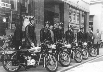 Serie afgeleverde Sparta Motorfietsen voor de winkel van Van Wijhe.