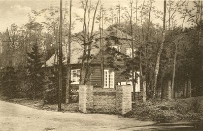 De ingang, met woning, van het o.K. Sanatorium Berg en Bosch.