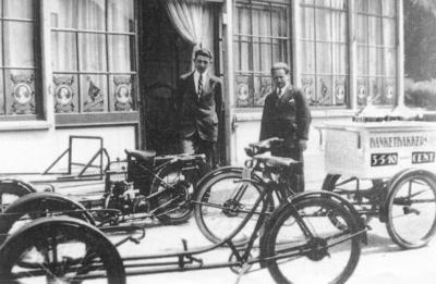 Onderstellen van bakfietsen van de  Sparta Fabriek voor het bedrijf tentoongesteld.