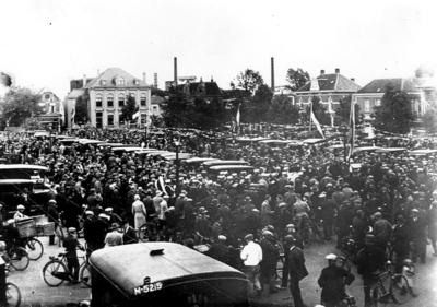 De Apeldoornse automarkt met op de achtergrond de Stationsstraat en het voormalige kantongerecht.