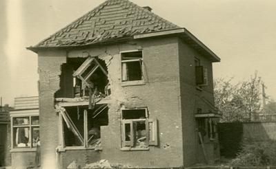 Oorlogsschade aan huizen: vele huizen kregen granaattreffers te verduren hetgeen resulteerde in onder andere gedeeltelijk weggeslagen muren
