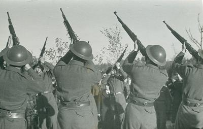 Soldaten vuren saluutschoten af op de erebegraafplaats