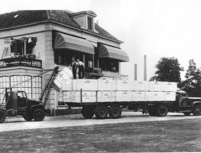 Het lossen van kisten met onderdelen voor de Sparta rijwieleno en motorenfabriek.