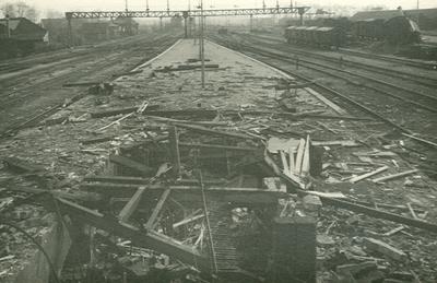 Overzicht van de vernielingen op het station: perron met brokstukken