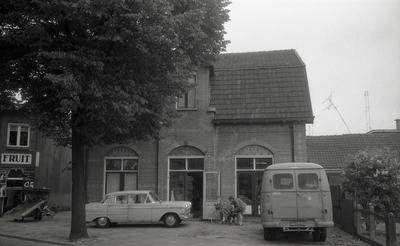 Foto uit de dossiers van Gemeentewerken betreffende Badhuisweg 29, tegenover het oude Beekpark. ninks een gedeelte van de fruitwinkel van Stokking en voor huisnummer 29 onder andere een Opel Kaptein
