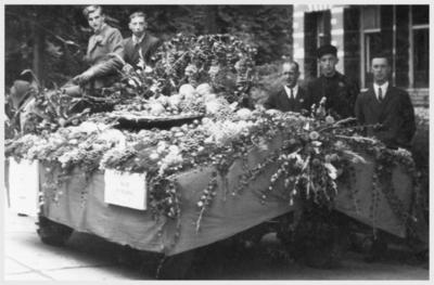 Dia gemaakt door Jan H. Stokking (1916o1975) van de groenteo en fruitcorso ter gelegenheid van de opening van de tiendaagse FoUGAocampagne. Winnaar van de optocht was  J. van Eijden. De landelijke FoUGAocampagne moest de grote veranderingen in het tuinbouwbedrijf en in de handel in groente en fruit onder de aandacht brengen. Op de foto de groentewagen van noois.