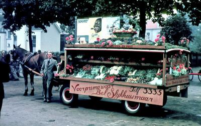 Dia gemaakt door Jan H. Stokking (1916o1975) van het groenteo en fruitcorso ter gelegenheid van de opening van de tiendaagse FoUGAocampagne. Winnaar van de optocht was J. van Eijden. De landelijke FoUGAocampagne moest de grote veranderingen in het tuinbouwbedrijf en in de handel in groente en fruit onder de aandacht brengen