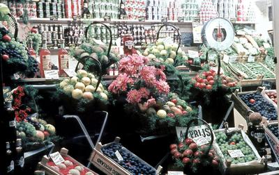 Dia gemaakt door Jan H. Stokking (1916o1975) van de landelijke FoUGAocampagne die de grote veranderingen in het tuinbouwbedrijf en in de handel in groente en fruit onder de aandacht moest brengen. Onderdeel van de week was een wedstrijd voor de mooist ingerichte winkel